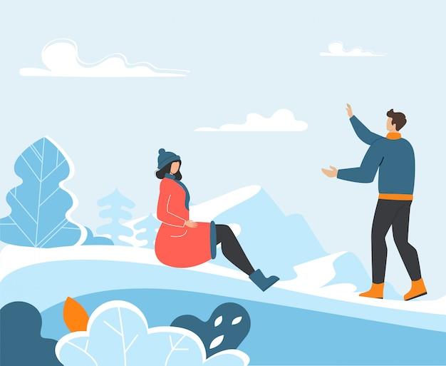 Junge familie, die draußen lustige winterzeit verbringt