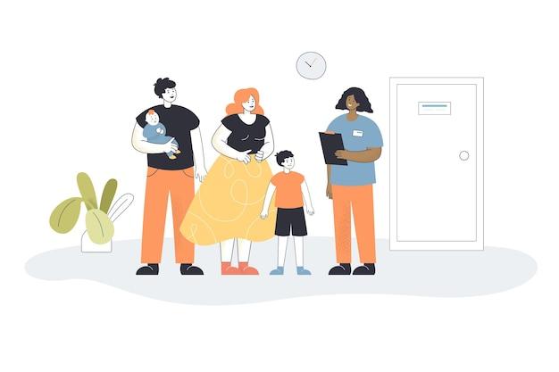 Junge familie mit kindern beim besuch der kinderarztpraxis