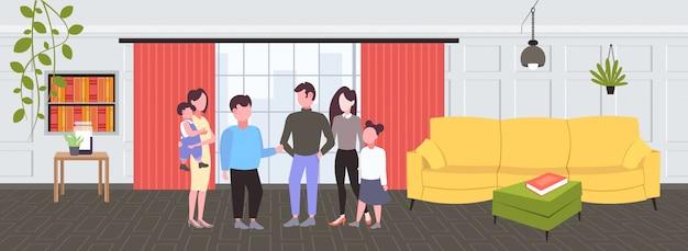 Junge familien mit kindern, die konversation während des treffens von gelegenheitsleuten haben, die zusammen modernes wohnzimmerinnenraum männlich weibliche zeichentrickfiguren horizontal in voller länge stehen