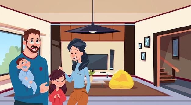 Junge familieneltern mit zwei kindern im modernen wohnzimmer zu hause