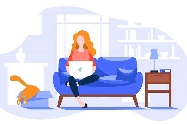 Junge frau am computer im internet, die von zu hause in der zeit der quarantäne arbeitet. junge frau bleibt zu hause isoliert und arbeitet online zu hause am computer.