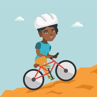 Junge frau auf dem fahrrad, das in die berge reist.