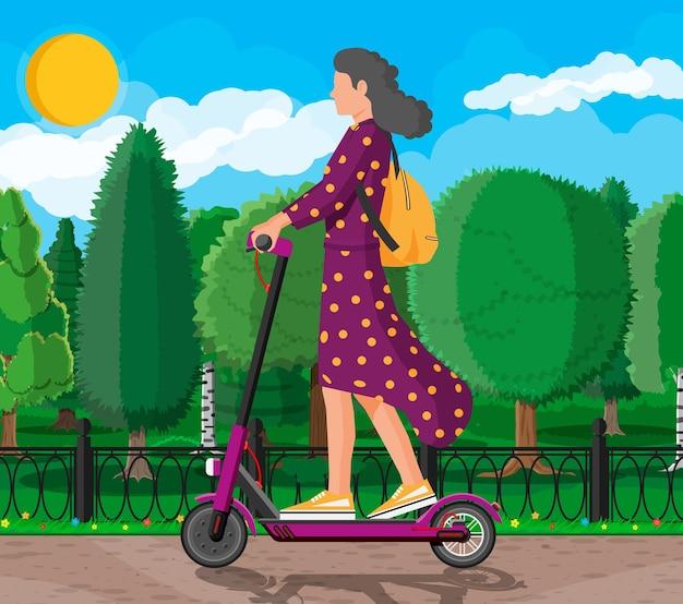 Junge frau auf tretroller. mädchen mit rucksack, der auf elektroroller rollt. hipster-charakter nutzt modernen stadtverkehr. ökologischer, bequemer stadtverkehr. flache vektorillustration der karikatur