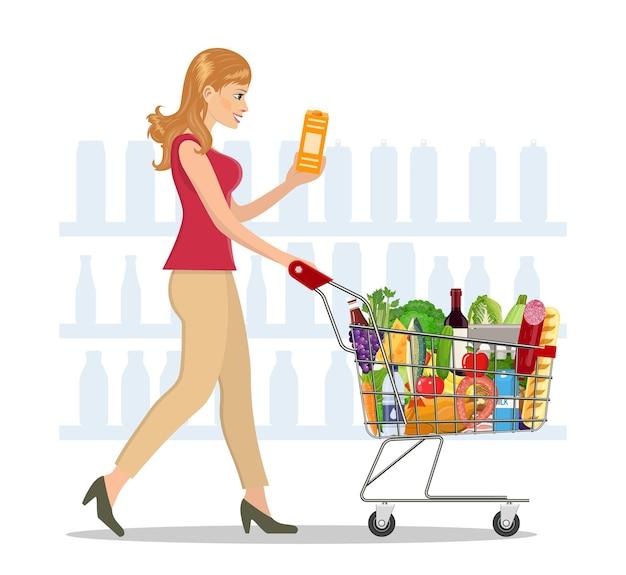 Junge frau beim einkaufen von lebensmitteln