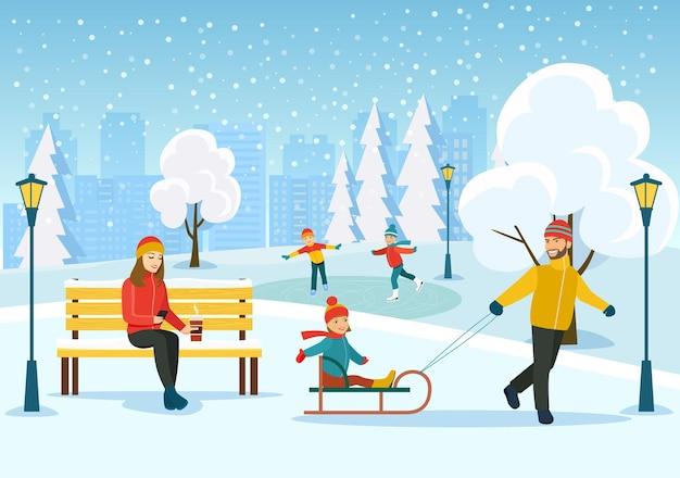 Junge frau, die auf bank entspannt, glücklicher mann mit den kindern, die im winterpark rodeln.