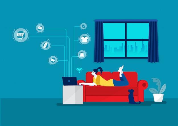 Junge frau, die auf laptop arbeitet, der auf sofa zu hause e-business im pandemiezustand liegt. online einkaufen, .