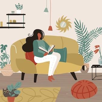 Junge frau, die auf sofa in ihrem zimmer sitzt und ein buchwochenende oder freizeit liest, die zeit cartoon wohnung verbringt