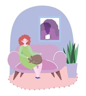 Junge frau, die auf sofa mit katze in der wohnzimmerillustration sitzt