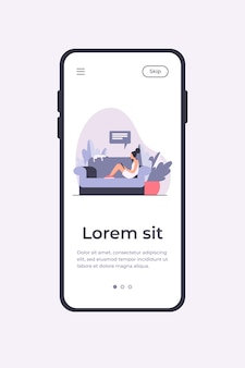 Junge frau, die auf sofa mit katze und mobilem gerät sitzt. mädchen, chat, smartphone flache vektor-illustration. mobile app-vorlage für das heim- und entspannungskonzept