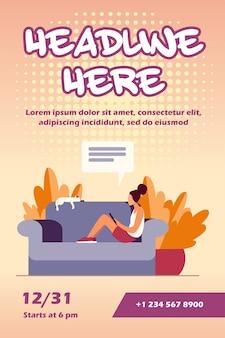 Junge frau, die auf sofa mit katzen- und mobilgeräte-fliegerschablone sitzt