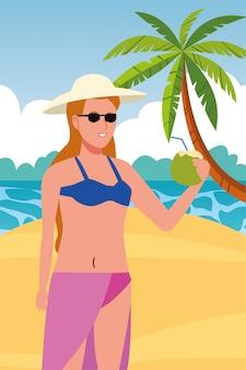 Junge frau, die badeanzug trinkend kokosnusscocktail trägt