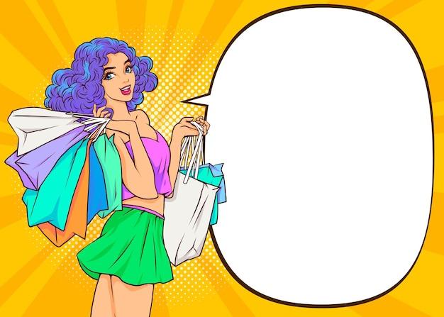 Junge frau, die einkaufstaschen und sonderverkaufsspracheblase hält