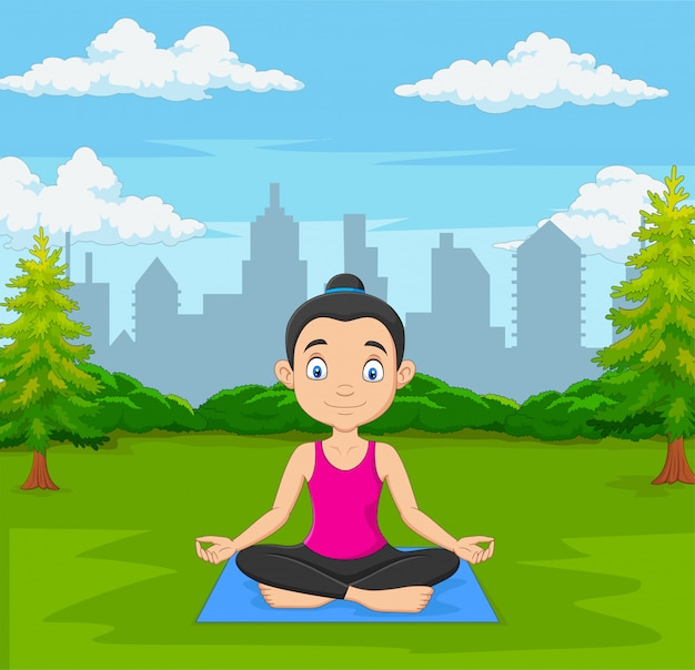 Junge frau, die meditation im grünen stadtpark tut