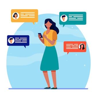 Junge frau, die mit freunden über smartphone chattet