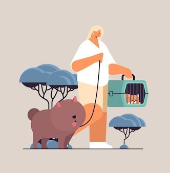 Junge frau, die mit hunde- und katzenbesitzerin und süßen haustieren spaziert, die spaß mit der freundschaft mit haustieren haben konzept in voller länge vektor-illustration