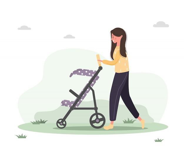 Junge frau, die mit ihrem neugeborenen kind in einem kinderwagen geht. mädchen, das mit einem kinderwagen und einem baby im park im freien sitzt.