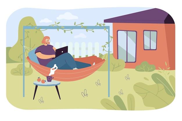 Junge frau, die sich in der hängematte im hinterhof entspannt. flache vektorillustration
