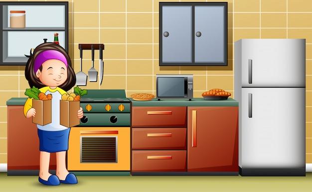 Junge frau, die zwei tasche gemüse in der küche hält