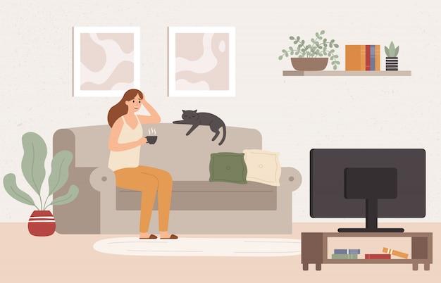 Junge frau fernsehen. mädchen, das auf couch mit kaffeetasse liegt und fernsehserienserienvektorillustration sieht