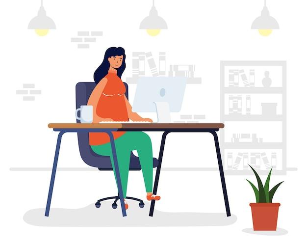 Junge frau frau, die desktop in der arbeitsplatzszene verwendet