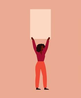 Junge frau hält ein leeres plakat über ihrem kopf. konzept protest und empowerment-bewegung von frauen