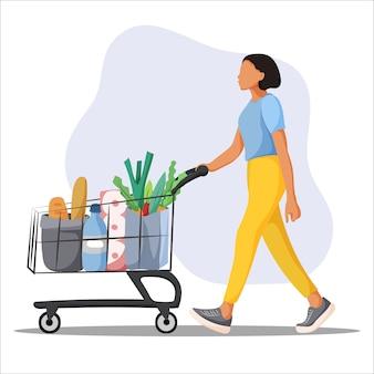 Junge frau mit supermarkt-einkaufswagen