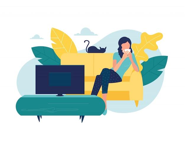 Junge frau sieht fern. mädchen, das auf couch mit kaffeetasse liegt und fernsehserie sieht. frau, die nach der arbeit im gemütlichen wohnzimmer ruht und film sieht. illustration.
