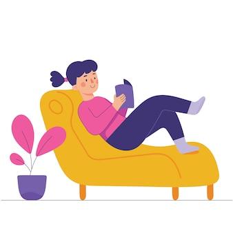 Junge frau sitzt und liest auf einer couch, junge frau genießt ihre zeit ein buch zu lesen zu hause