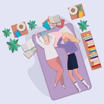 Junge frauen, die in der matratze im schlafzimmer sich entspannen
