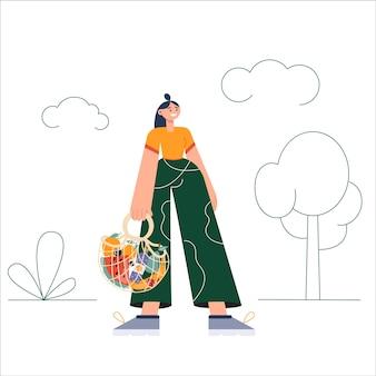 Junge frauen, die öko-naturtaschen mit einkäufen tragen. umweltschutz, zero waste, vegetarismus,. ökologischer lebensmitteleinkauf, wiederverwendbarer, freundlicher einkaufskorb mit gemüse und obst