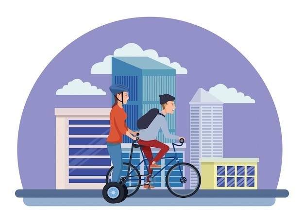Junge freunde, die fahrrad und roller reiten