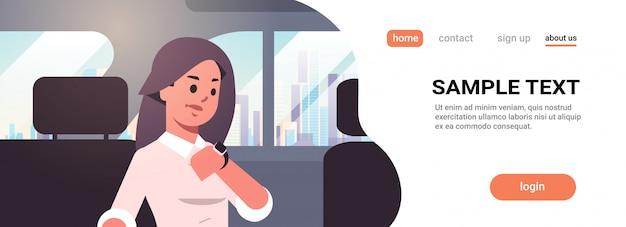 Junge geschäftsfrau, die auf uhr schaut, die geschäftszeit-autopassagier der geschäftsfrau auf dem rücksitz im taxi-stadttransportdienst sitzt