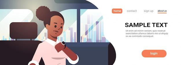 Junge geschäftsfrau, die zeitfrau-autopassagier prüft, der auf rücksitz im taxi-stadttransportdienstkonzeptporträt-horizontalen kopienraum sitzt