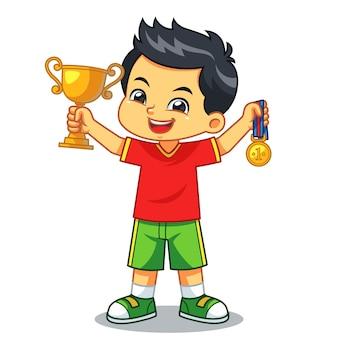 Junge gewinnt den wettbewerb verdienen trophäe und medaille.