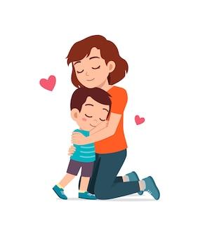 Junge glückliche mutter umarmt süßen kleinen jungen