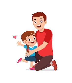 Junge glückliche vater umarmt süßes kleines mädchen