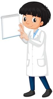 Junge im laborkleid mit notizbuch auf weiß
