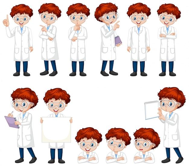 Junge im wissenschaftskleid, das verschiedene haltungen tut