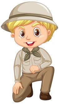 Junge in der pfadfinderuniform, die auf weiß sitzt