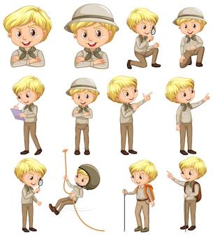 Junge in der pfadfinderuniform, die verschiedene aktivitäten auf weißem hintergrund tut