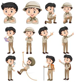 Junge in der safariausstattung, die verschiedene tätigkeiten tut
