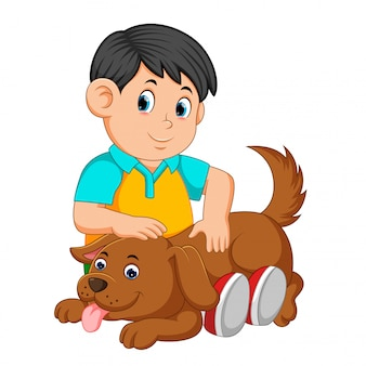 Junge kratzt den rücken des hundes