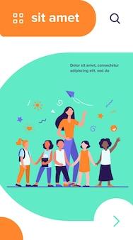 Junge lehrerin mit freudigen kindern lokalisierte flache vektorillustration. cartoon glückliche kinder im kindergarten oder in der schule