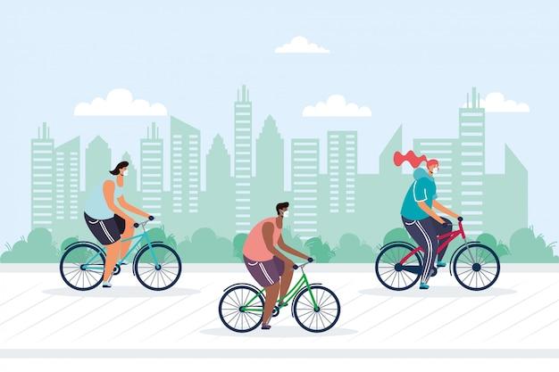 Junge leute, die fahrrad fahren und medizinische masken auf der stadt tragen