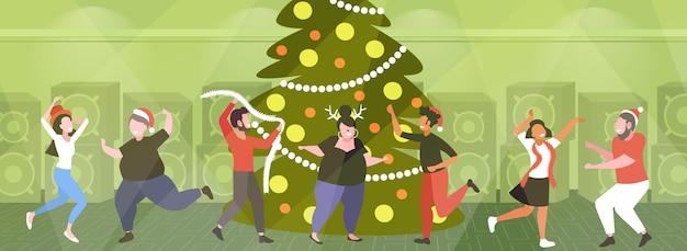 Junge leute, die spaß in der nähe von weihnachtsbaum fröhliche weihnachtsfeiertag konzeptkonzept mix race freunde tanzen zusammen vektor-illustration