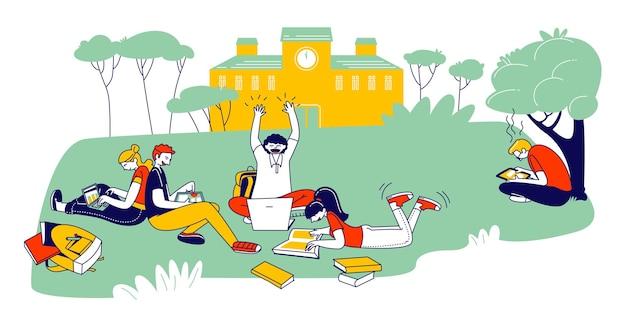 Junge leute, die zusammen im freien studieren, sitzen auf dem feld am college yard, lesen bücher und arbeiten an laptops. karikatur flache illustration