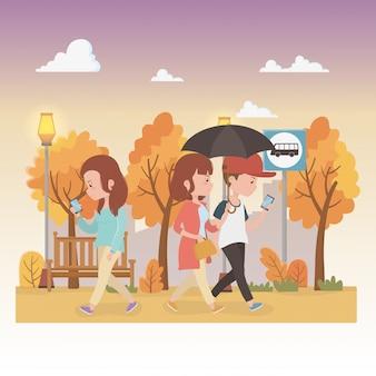Junge leute mit regenschirm gehend in die parkcharaktere