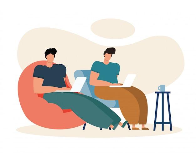 Junge männer, die laptops benutzen und im wohnzimmer arbeiten