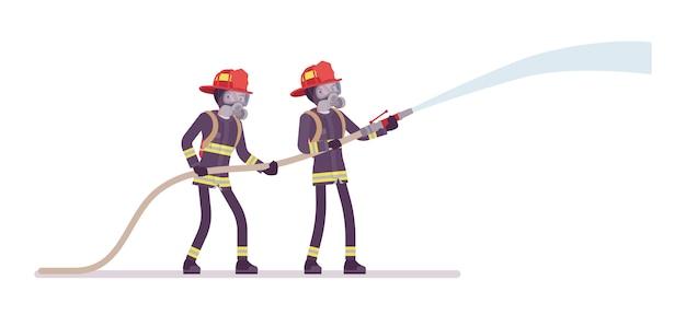 Junge männliche feuerwehrleute mit wasserschlauch
