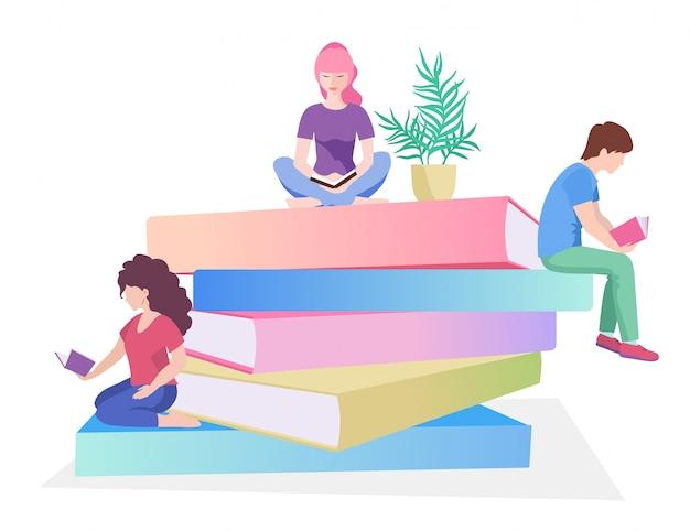 Junge männliche und weibliche leser, die auf stapel riesigen büchern oder neben ihm und dem ablesen sitzen